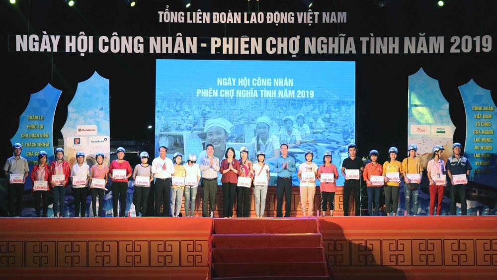 Phó Chủ tịch nước Đặng Thị Ngọc Thịnh dự Chương trình 'Ngày hội công nhân – Phiên chợ nghĩa tình 2019'